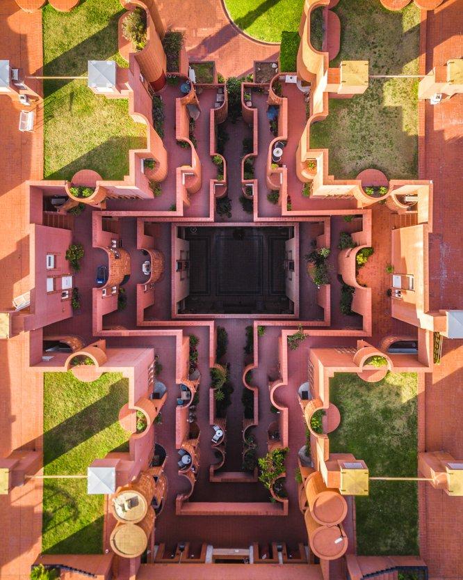 En sus fotos aéreas, Mogyorósy ha huido de los monumentos más populares de la ciudad. En su serie destaca por ejemplo el Walden 7, un edificio residencial emblemático de la avenida de la Industria, en Sant Just Desvern (en el área metropolitana de Barcelona). Edificio innovador del estudio Taller de Arquitectura de Ricardo Bofill, se inició su construcción en 1973.
