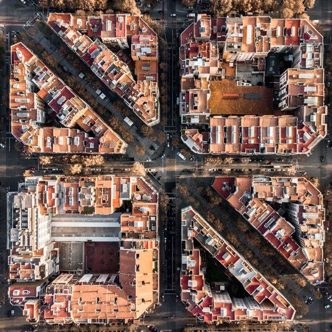 L'Eixample, diseñado por Ildefons Cerdà a mitades del siglo XIX por la necesidad de expansión de la ciudad, muestra su carácter y armonía al ser fotografiado desde las alturas. Aunque el lugar elegido para fotografiarlo por Mogyorósy es precisamente unas manzanas que se ven cortadas en diagonal por la avenida Gaudí de Barcelona.