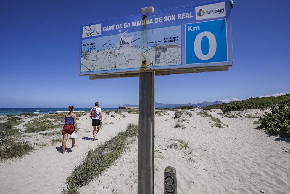 El camino a la playa pública de Son Real, en el litoral del municipio de Santa Margarita, en Mallorca.