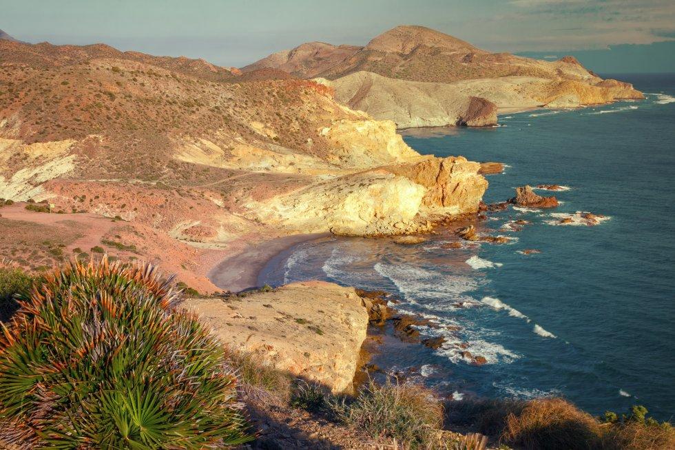 Panorámica al atardecer de las calas del Carbón y de Chicré, en el parque natural de Cabo de Gata-Níjar (Almería).
