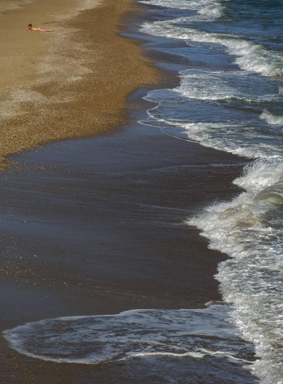 Playa naturista de Aiguadolç: 150 metros de arena fina y entrada gradual al mar en Vilanova i La Geltrú, Barcelona.