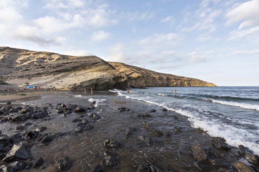 La playa de arena negra de Montaña Pelada, catalogada como monumento natural, en Granadilla de Abona, al sur de Tenerife.