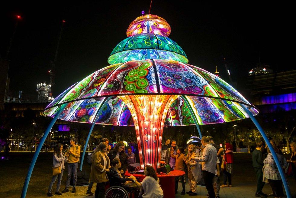 Na grande avenida de Darling Harbour instalou-se Tumbalong Lights, um parque interativo e adaptado para pessoas com dificuldades de mobilidade. Uma das obras é 'Alien Visitor' (dos australianos Kieran Kenny e Jonathan Nix), toda uma experiência sensorial já que produz música e mudanças de luz com um simples movimento.