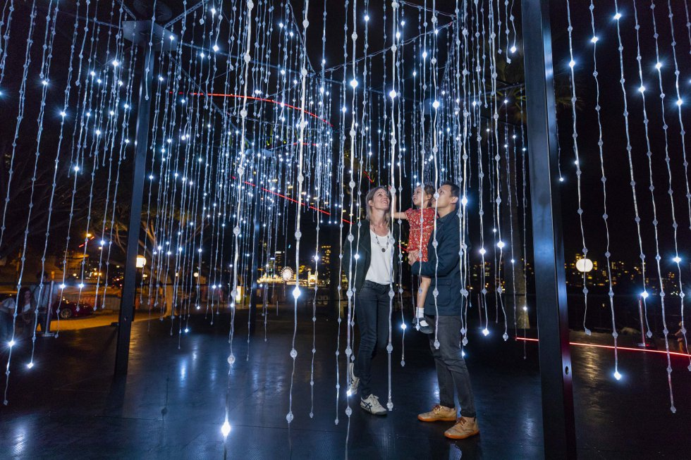 'Let It Snow' é uma instalação de luzes a larga escala, imersiva e interativa, que dá a sensação de que grandes copos de neve caem sobre Hickson Road Reserve.