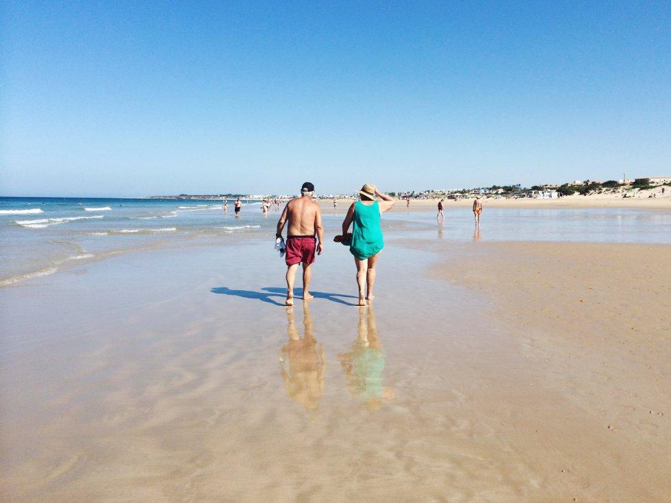 Este arenal de 5,3 kilómetros de eslora atesora unas cualidades —bandera azul (con distinción de playa inclusiva), ecoplaya, Q de calidad turística, ISO 14001— que la encumbran como la playa semiurbana más superlativa de España. Combinación de arenal urbano y zona hotelera de calidad, dotada este año con sendero azul, el acantilado tiene aquí la virtud de aislar al bañista y los chiringuitos son ahora beach clubs de camas balinesas y cuidada gastronomía. Uno de ellos es el flamante y elegante Coconovo Beach .