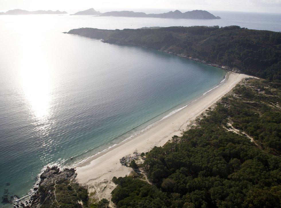 El suyo es uno de los paraísos españoles de tradición naturista, situado en el extremo de la ría de Vigo. Excepcionalmente dotada de arenas blanquecinas y resguardada de los vientos, la playa de Barra añade pinares marítimos de bella factura plantados para contener el avance dunar sobre las viñas. Toda la ensenada está integrada en la Red Natura 2000, por lo que los chiringuitos fueron retranqueados. El agua se presenta remansada, fría no, lo siguiente, y la arena, acariciadora, recuerda la de las islas Cíes, cuyas moles se recortan contra el horizonte. No confundirse con la playa contigua de Viñó.