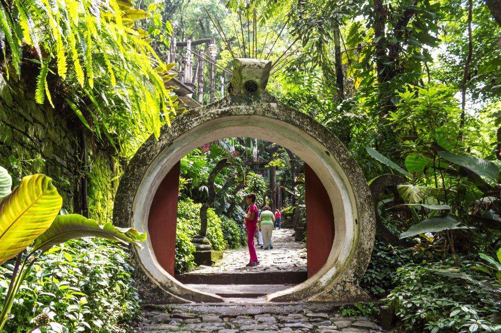 Se conoce popularmente como Las Pozas, pero su nombre oficial es  Jardín Escultórico de Edward James . El artista británico, mecenas del movimiento surrealista, creó este vergel onírico en una antigua plantación de café del municipio de Xilitla (San Luis Potosí, México), en la selva de la Huasteca Potosina. En 1962 comenzó a edificar 27 esculturas y edificios, algunos enormes, con puertas abiertas a la nada y escaleras al cielo. Sus casi nueve hectáreas de jardín (con orquídeas y vegetación autóctona) y sus 37 hectáreas de estructuras abrieron al público en 1991. En 2007 fue adquirido para su preservación por la Fundación Pedro y Elena Hernández. El Gobierno de México lo declaró Monumento Artístico en 2012.