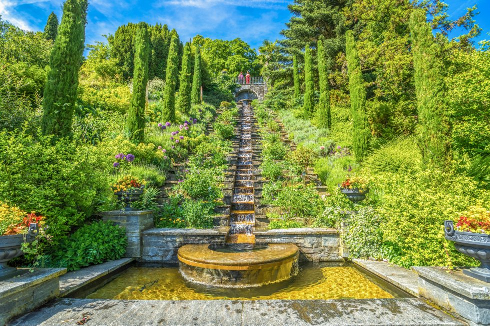 Mainau, en mitad del lago Constanza, conectada con tierra firme mediante un puente, no se apoda  la isla de las flores  por casualidad. Su pequeña superficie (45 hectáreas) colorea gracias a un jardín en el que abundan especies tropicales y subtropicales. De junio a agosto florecen unas 9.000 rosas de casi 400 variedades distintas en su jardín italiano, creado en 1871 por el duque de Baden. Su Casa de la Palmera es un invernadero en el que crecen más de 20 tipos diferentes de este árbol, además de una colección de 1.200 orquídeas. Y su Casa de Mariposas es la más grande de Alemania. Completan la postal sus árboles centenarios y, asomando por encima de sus copas, su impresionante palacio de estilo barroco.