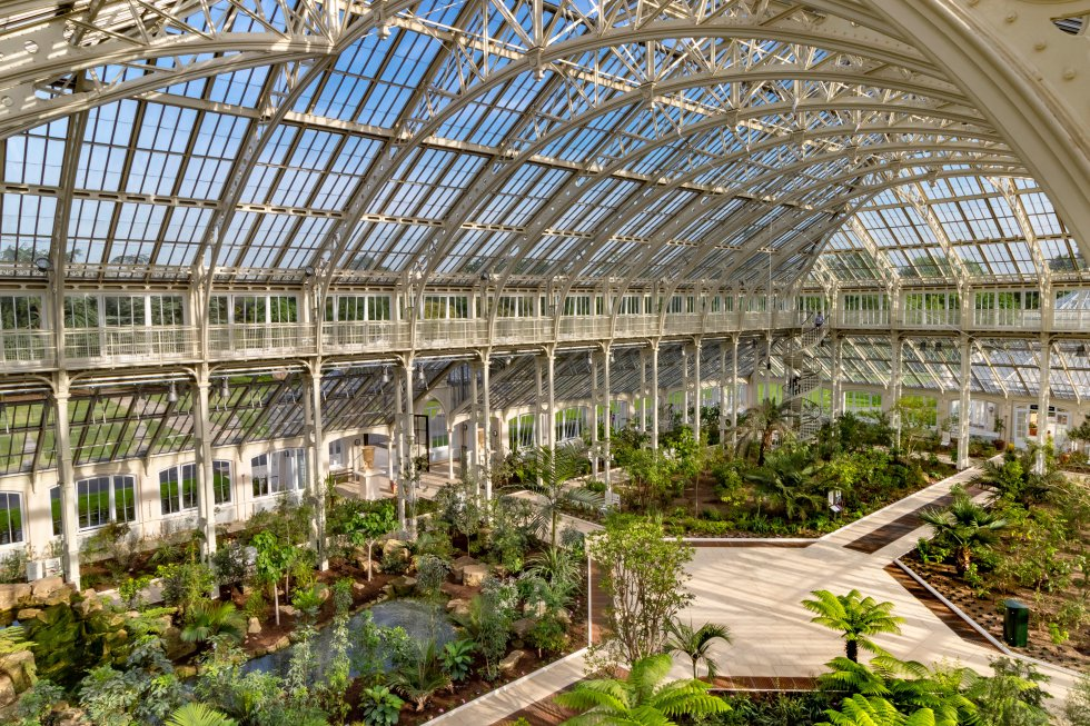 Unas 50.000 plantas viven en los  Reales Jardines Botánicos de Kew , al sudoeste de Londres. Es un centro puntero internacional en la investigación botánica, declarado patrimonio mundial, y también un foco turístico muy atractivo para los visitantes. El jardín de plantas carnívoras, el mediterráneo, el de bambú, uno para los niños, uno de roca, otro de hierba, uno más japonés (en la foto la restaurada Casa Templada), todos conviviendo con estructuras icónicas como la Gran Pagoda. En sus 120 hectáreas hay varios invernaderos, de especies alpinas, o de frutas y vegetales comestibles; el más grande de ellos, el de la Princesa de Gales, permite viajar del desierto a los trópicos a través de diez zonas climáticas diferentes.