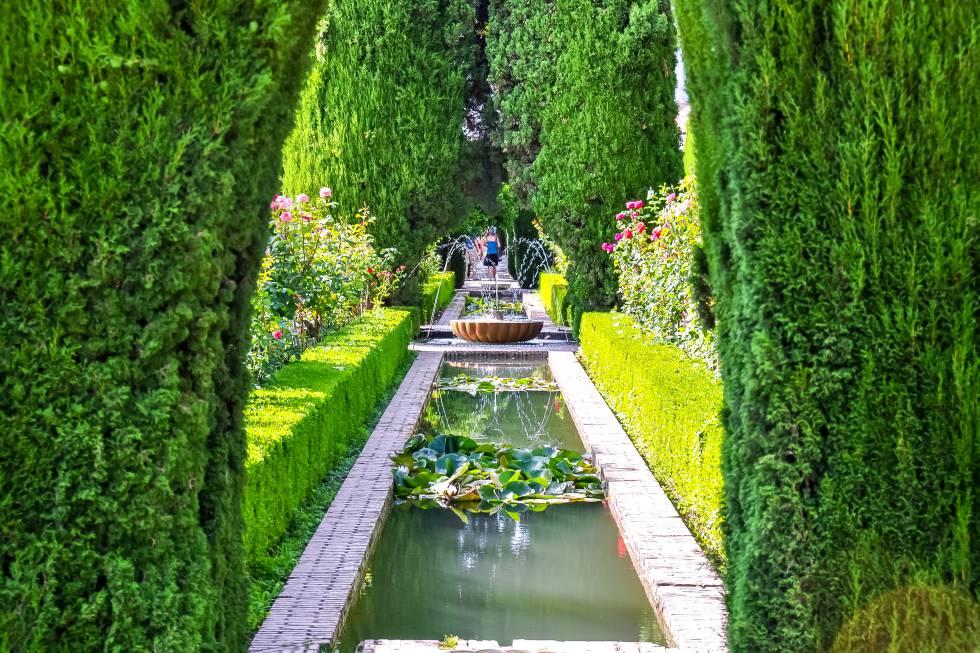 Es fácil pasear por los  jardines del Generalife , en la ciudad palatina andalusí de la Alhambra, y evocar todo el refinamiento y la exquisitez de la corte del Reino nazarí de Granada. La villa se construyó en el Cerro del Sol, a finales del siglo XIII, como lugar de descanso de los sultanes. Combina el palacio homónimo con otras edificaciones, los jardines ornamentales, los patios (el de la Acequia es el más emblemático) y los huertos. El frescor de las plantas, la fragancia de las flores, los brillos y sonidos del agua –elemento vital de este paisaje– son un llamamiento a la calma.  Las visitas nocturnas  añaden magia a la experiencia.