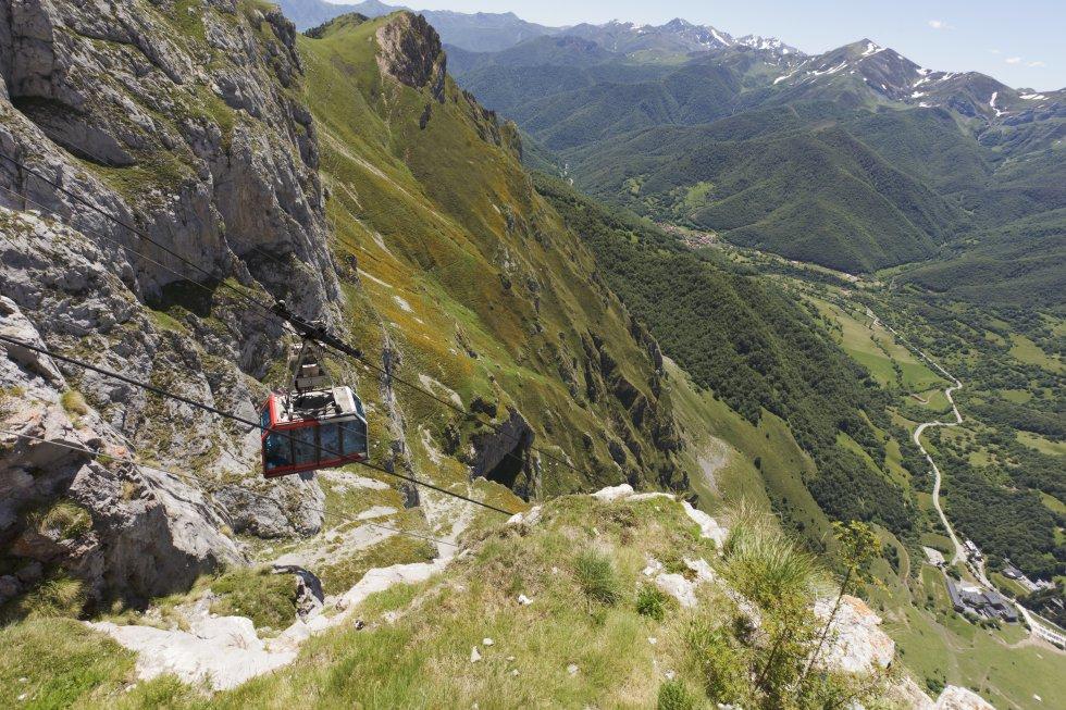 La comarca de Liébana  es uno de los destinos cántabros por antonomasia. Integrada por varios valles rodeados de altas montañas, en el extremo superior de uno de ellos, Val de Baró, se localiza la estación de montaña de Fuente Dé, con máximas en verano de alrededor de 22ºC. Un teleférico (en la imagen) salva 753 metros de desnivel (en poco más de tres minutos) hasta el mirador del Cable, a 1.850 metros de altitud. Allí solo cabe rendirse a las impresionantes panorámicas del macizo central de  los Picos de Europa  —Peña Remoña, Padiorna, Pico San Carlos y Torre Altaiz, los picos de Santa Ana, Tesorero, Torre Horcados Rojos, Peña Olvidada— y, más allá, la Cordillera Cantábrica.