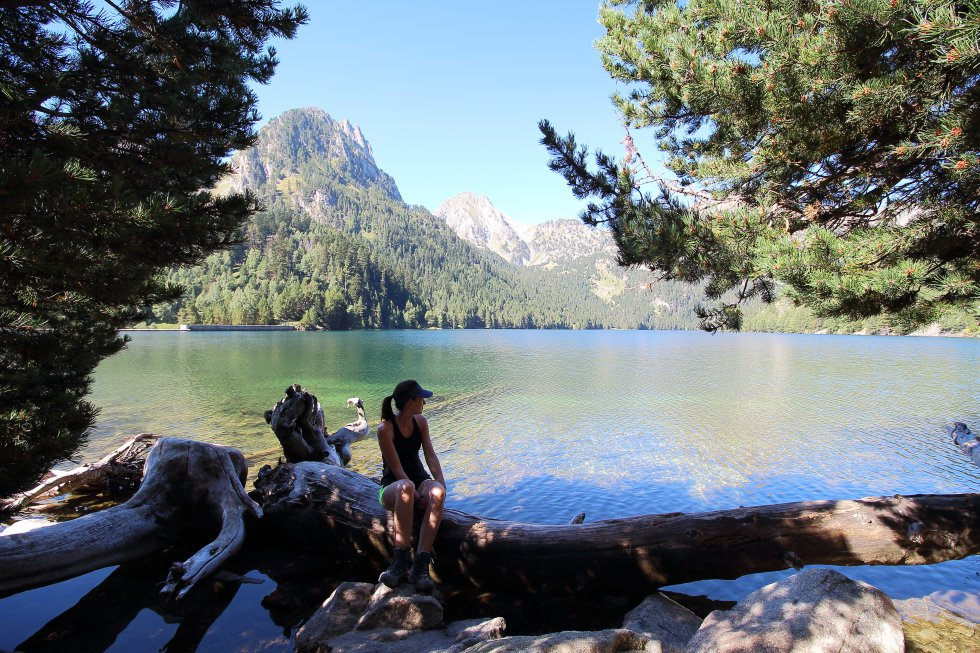 El parque nacional de Aigüestortes y Estany de Sant Maurici  apunta al cielo de los Pirineos catalanes con cuatro dedos de más de 3.000 metros de altitud y otros 10 más con más de 2.800 metros. Su territorio, en la provincia de Lleida, se encuentra dividido en cuatro comarcas: Alta Ribagorça, Pallars Sobirà, Pallars Jussà y Vall d'Arn. Las dos primeras conforman el parque propiamente dicho, y tienen sus entradas históricas en Boí y Espot, respectivamente; el área periférica se extiende por las cuatro. Las horas centrales del día suelen ser soleadas en verano, pero cuando cae la tarde refresca bastante.    En la imagen, l'Estany de Sant Maurici, en el parque nacional de Aigüestortes.
