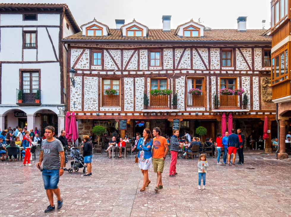 Ezcaray , en la parte alta del valle del Oja, al suroeste de La Rioja, es la localidad más cercana a la estación de esquí de Valdezcaray. En el extremo occidental de la Sierra de la Demanda, tiene como atractivos, además de unas máximas de 25ºC y un famoso festival de jazz durante la primera quincena de julio ( Jazz de Ezcaray , que ya va por su 23º edición), una muestra de arquitectura popular bien conservada en su casco urbano. Y un entorno natural que invita a ser disfrutado mediante rutas de senderismo.   En la imagen, la plaza Conde de Torremúzquiz de Ezcaray (La Rioja).