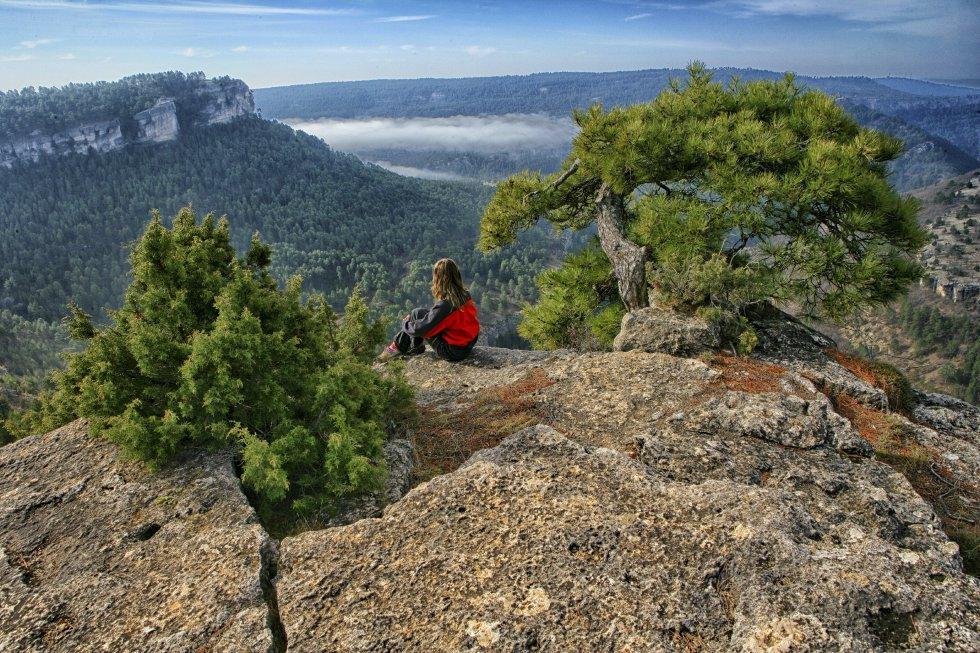 El parque natural de la Serranía de Cuenca,  cerca de 74.000 hectáreas de naturaleza protegida y 11 términos municipales incluidos, cuenta con miradores espectaculares, con la fantasía hecha piedra de la Ciudad Encantada, con el nacimiento del río Cuervo y del río Júcar, con Las Torcas de Los Palancares, con las siete lagunas de Cañada del Hoyo, y con la de Uña y con la del Tobar, con el parque cinegético de El Hosquillo, con la Balsa de Valdemoro-Sierra. Y con unos cielos nocturnos sobrecogedores que hay que disfrutar con la chaqueta puesta.