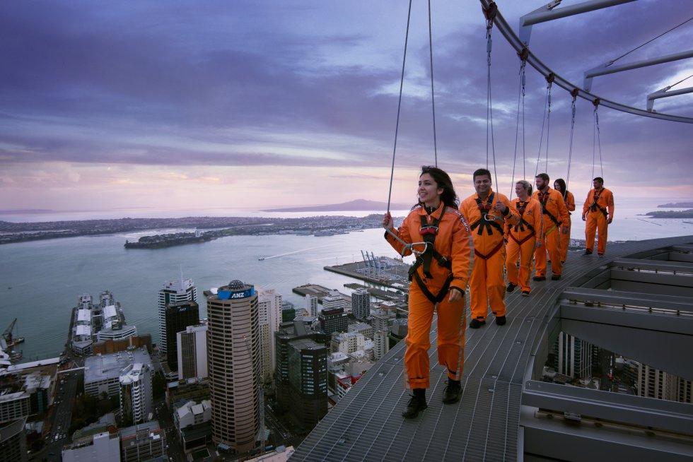As vistas mais assustadoras do país oceânico aguardam (quem se atreve) no topo da Sky Tower em Auckland, o mais alta construção humana do país insular, de 328 metros. Na Nova Zelândia, onde há muitos locais para saltar de ou a partir de qualquer coisa, este edifício tinha de oferecer algo diferente, como a panorâmica de uma cúpula de vidro fechada 192 metros acima do solo, que também pode ser rodeada por fora (com a segurança de cabos) ou saltar para o vazio sustentado por um cabo de segurança). A Sky Tower ( skycityauckland.co.nz ) abre de domingo a quinta-feira praticamente todo o dia. A entrada não inclui o Sky Jump (salto) ou o SkyWalk (caminhada externa), que são pagos separadamente.