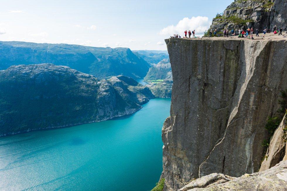Os pisos de vidro acima do vazio e os arranha-céus vertiginosos geralmente impressionam, mas um dos melhores panoramas da Noruega é obtido de um enorme trampolim de rocha. O Preikestolen parece desafiador 604 metros acima do Lysefjord, na região de Stavanger ( regionstavanger-ryfylke.com ), na acidentada costa oeste do país. Em um ambiente muito montanhoso, esta proa rochosa se destaca como uma torre de vigia natural, como um terraço formidável saliente acima da água. As visões são tão amplas quanto vertiginosas, e ainda mais desconfortáveis se notamos as rachaduras que cobrem sua superfície plana, o resultado de 10.000 anos de erosão glacial. A plataforma tornou-se uma das grandes atrações turísticas da Noruega e uma foto essencial no Instagram de qualquer viajante. Da estrada de acesso ao Púlpito, há duas horas de caminhada, e a melhor época para subir é de abril a setembro.