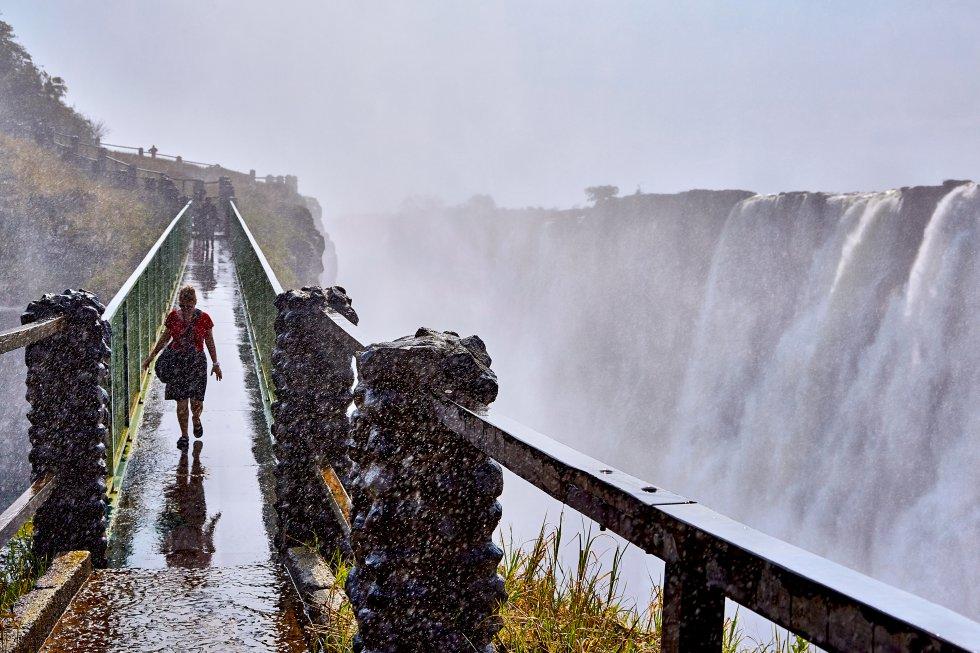 Um rugido forte e incessante; o arco pálido de um arco-íris brilhante; uma névoa que parece fumaça jogada no ar como se o rio fosse fogo. As Cataratas Vitória (ou Mosi-oa-Tunya) são o ponto em que o poderoso rio Zambeze é atirado por um penhasco de basalto de 100 metros de altura e depois serpenteia entre cânions espetaculares. Você pode atravessar a ponte para este sólido promontório onde, se o vento ajudar com a neblina, você poderá admirar as cachoeiras e o abismo inquieto abaixo. A estação chuvosa é de março a abril, quando as cataratas atingem seu fluxo máximo, embora a neblina possa obstruir a vista. O menor nível de água ocorre em novembro e dezembro.