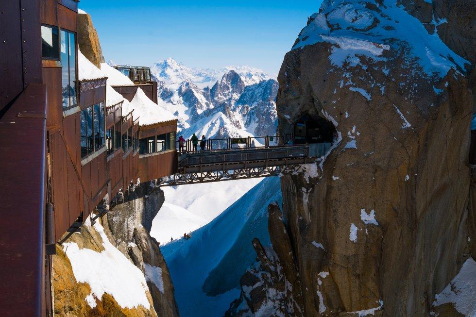 A rocha da montanha está tão perto que você quase pode tocá-la com os dedos, ou pelo menos a plataforma de observação transmite essa sensação. Em dias claros, você também pode ver o maciço nevado do Mont Blanc, bem em frente. A Aiguille du Midi também não é pouca coisa: uma agulha pontiaguda de rocha e neve de 3.842 m de altura. O passeio de teleférico até o seu cume deixa Chamonix ( chamonix.com ) e excede 2.800 metros de altitude a toda velocidade, a partir do fundo do vale, em 20 minutos impressionantes. Uma perspectiva que, de outra forma, seria reservada apenas para escaladores experientes. O Aiguille é o ponto de partida de algumas das rotas de subida ao Mont Blanc e também o ponto de partida dos fãs de parapente, exceto em julho e agosto.