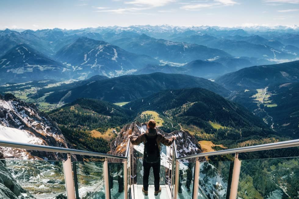 Transparente e marcante no maciço austríaco de Dachstein, 2.700 metros acima do nível do mar, este mirante oferece vistas de 360 graus que cobrem os picos de países vizinhos, como Triglav, na Eslovênia, ou as florestas boêmias da República Tcheca. A rota de subida não é menos vertiginosa do que a vista: o teleférico da Türlwandhütte sobe quase 1.000 metros até a estação Hunerkogel e passa praticamente em contato com a parede do penhasco de calcário, permitindo apreciar todas as suas fissuras em detalhes. Graças à geleira Dachstein, você pode desfrutar de esqui alpino e esqui cross-country durante todo o ano. É aconselhável consultar, contudo, as condições meteorológicas e as pistas em derdachstein.at .