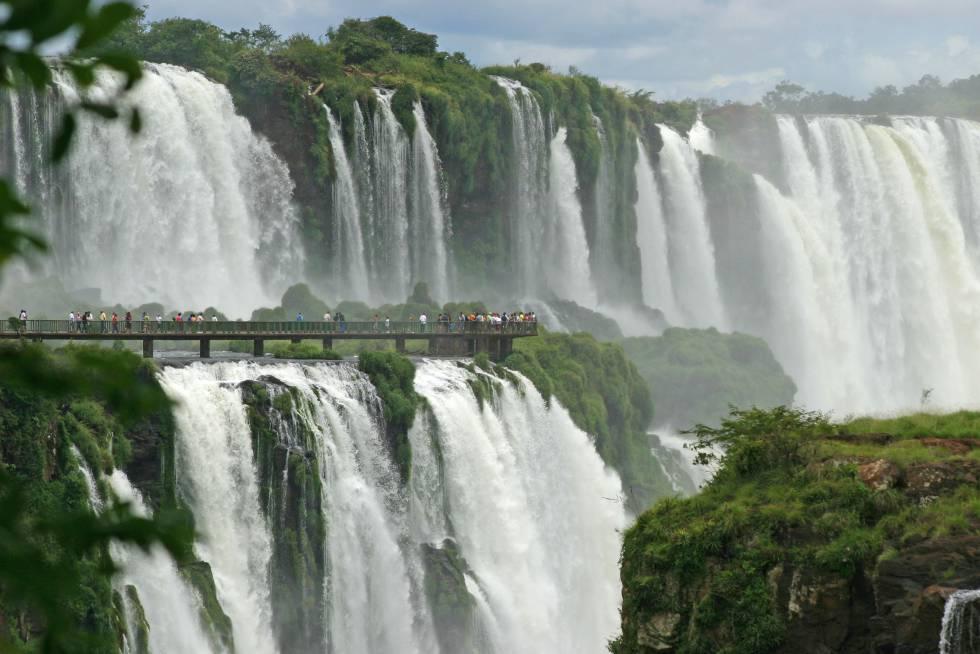 É conveniente colocar uma capa de chuva para atravessar esta passarela suspensa sobre as águas que leva ao poderoso rugido do Iguaçu: estaremos cercados por 1.500 metros cúbicos de água. Essas cachoeiras sul-americanas estão localizadas entre o Brasil e a Argentina e são compostas por 275 saltos ao longo de três quilômetros de largura (e 80 metros de altura) no meio da selva. Do lado brasileiro, a trilha leva a um ponto de observação abaixo da Garganta do Diabo, onde você pode aproveitar o trecho mais espetacular e tempestuoso do Iguaçu. Você tem que chegar cedo, porque as fotografias nesta encosta brasileira são melhores de manhã (o parque abre às 9h00; cataratasdoiguacu.com.br )