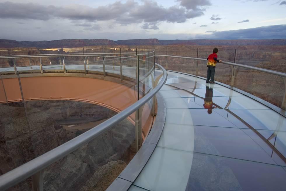 Buzz Aldrin, o segundo homem a pisar na Lua, foi o primeiro visitante do Skywalk ( grandcanyonwest.com ), (grandcanyonwest.com), o gazebo de aço com piso de vidro (foto), inaugurado em 20 de março de 2007 no Grand Canyon do Colorado com a bênção dos índios Hualapai e os protestos dos ecologistas, que gritaram contra seu impacto visual na garganta esculpida pelo rio Colorado no deserto do norte do Arizona, Estados Unidos. A partir dali você pode ver o fundo do precipício, 1300 metros abaixo. O Skywalk faz parte do projeto turístico do Grand Canyon West.