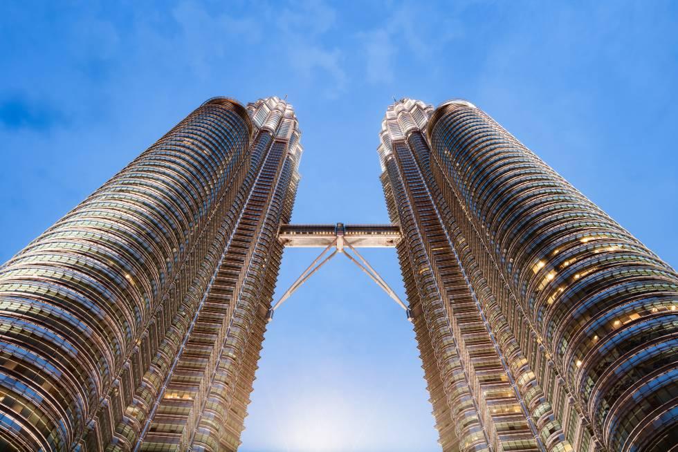 É possível que, nesta ocasião, seja mais espetacular observar de um ponto alto o mirante em questão, a ponte que liga as Torres Petronas de Kuala Lumpur, 170 metros acima do solo; mais isso do que as vistas que dele desfrutam, uma mistura de espaços verdes e arranha-céus. Esta passagem de dois andares que liga o 41º e o 42º andares das Petronas é uma maravilha da engenharia; com suas enormes bases de apoio, parece a peça que une e sustenta as duas torres, com 452 metros de altura. À noite é ainda mais impressionante, porque todo o complexo está iluminado. A ponte fecha às segundas-feiras, e o melhor ponto para observá-lo na distância que liga as Petronas é a torre Menara, nas proximidades.