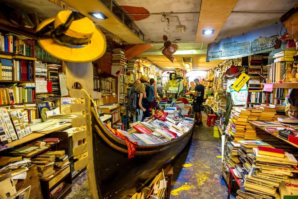 Quando chove mais do que a conta em Veneza, seus cidadãos e turistas sabem que é hora de calçar as botas porque o fenômeno conhecido como 'Acqua Alta' inunda ruas e praças. E também o interior desta biblioteca. Então aqui, na Livraria Acqua Alta, os livros são exibidos em baldes, cadeiras, banheiras, botes e até mesmo em uma gôndola que ocupa o centro da loja, onde você pode encontrar livros em segunda mão e títulos já descontinuados. E, no fundo do estabelecimento um tanto caótico, duas surpresas: uma pequena poltrona para sentar e ler enquanto vemos as gôndolas passarem e um pátio no qual, depois de subir uma escada de livros antigos, você tem uma bela vista. Endereço: Rua Lunga Santa Maria Formosa, 5176b, Veneza. Mais informações: libreriaacquaaltavenezia.myadj.it