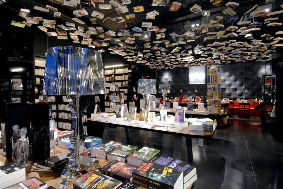 """Cada tipo de livro possui uma sala com a configuração correspondente. E em seus 1.500 metros quadrados existem nove atmosferas incríveis. Na que se dedica à literatura anglo-saxônica, não faltam as bandeiras do Reino Unido; no espaço para quadrinhos, réplicas em tamanho real de Batman ou Superman são exibidas; próximo às estantes com livros de viagem, há uma pequena caravana da Airstream; Na seção de literatura, 800 livros estão pendurados no teto e os títulos gastronômicos são encontrados em uma sala definida como """"trattoria"""" (com um Fiat 500 como decoração), na qual você pode comer. Aqui não se pode apenas se perder entre livros, você também encontrará nove espaços de restauração. Endereço: Place du Temps Libre 1, Bruxelas. Mais informações: cookandbook.bê"""