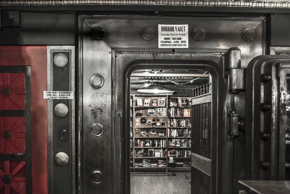 Abrir uma livraria em 2005, em pleno declínio do livro impresso, não parecia a melhor aposta comercial. Mas, nos últimos anos, a The Last Bookstore se estabeleceu como uma das renomadas livrarias da cidade da Califórnia. Localizada no chamado Downtown, vende, compra e troca livros. Tem uma sala inteira dedicada a ficção e fantasia. Poucos relutam em deixar essa loja de 2.000 metros quadrados sem passar (e fotografar) pelo túnel do livro. Endereço: 453 S Spring St, Los Angeles. Mais informações: lastbookstorela.com