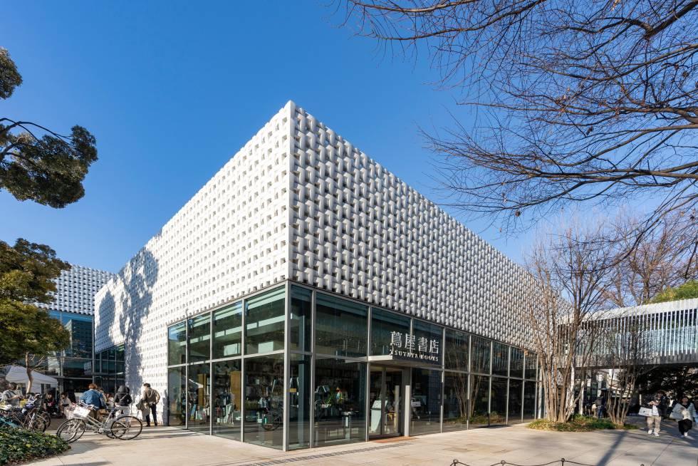 Não é uma única loja ou apenas um edifício, mas três quarteirões no moderno bairro de Daikanyama, em Tóquio. Inaugurada em 2011, esta sede da gigantesca livraria Tsutaya (com mais de mil locais no país) se estende por cerca de 5.000 metros quadrados para se perder entre títulos de literatura, cinema e música. E, no meio, uma área de jardim e espaço para uma cafeteria e até uma grande papelaria. O projeto do estúdio Klein Dytham Architecture, e sua fachada na qual as letras T estão entrelaçadas, recebeu vários prêmios de arquitetura. Endereço: 16-15 Sarugakucho, cidade de Shibuya, Tóquio. Mais informações: store.tsite.jp