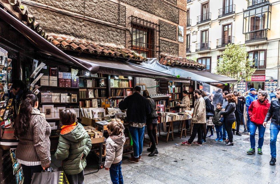 A rua de San Ginés, em Madri, merece uma visita por dois motivos: a loja de chocolates com o mesmo nome (aberta 24 horas por dia, 365 dias por ano) e a pequena livraria localizada na esquina da movimentada rua Arenal. É uma das livrarias mais antigas da cidade espanhola. Fundada entre os séculos XVII e XVIII (a data exata é desconhecida), neste pequeno espaço estão livros, gravuras e outros itens curiosos em segunda mão. Todos os dias do ano, exceto no Natal e no Ano Novo, eles levam centenas de livros de segunda mão (de narrativa a manuais técnicos de medicina ou filosofia) do galpão de madeira para colocá-los nas prateleiras antes que madrilenhos e turistas se encontrem por ali. Endereço: Pasadizo de San Ginés, 2, Madri. Mais informações: Facebook San Ginés