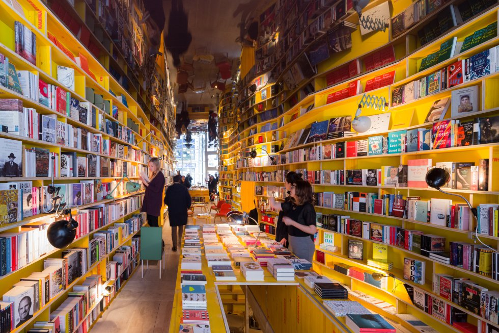 """O estúdio espanhol Selgascano assina o projeto desta nova livraria localizada a leste da capital britânica. Na Librería, os livros não são divididos por gêneros, mas por conceitos com o objetivo de que o comprador encontre um título sugestivo com que não teria cruzado. Assim, aqui se encontra a estante de livros 'Utopia', 'A Cidade' ou 'Encantamento para os Desencantados'. A ideia nasceu no Second Home: """"Todos os aspectos da Librería são projetados para ajudar a descobrir novos livros e ideias e impulsionar o pensamento entre as disciplinas"""". É assim que a empresa britânica descreve o espaço focado em projetos criativos. Endereço: 65 Hanbury St, Spitalfields. Mais informações: libreria.io"""