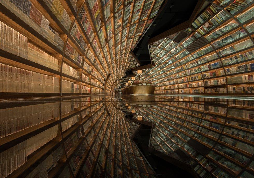 Uma das fotografias mais repetidas entre quem visita a livraria da rede Zhongshuge na cidade chinesa de Yangzhou é este impressionante túnel de livros. Esse estabelecimento de 1.000 metros quadrados também foi desenhado pelo estúdio de arquitetura e interiores X+Living. E, neste caso, os espelhos no chão quiseram lembrar o rio que é tão importante na vida desta cidade. Mais informações: xl-muse.com