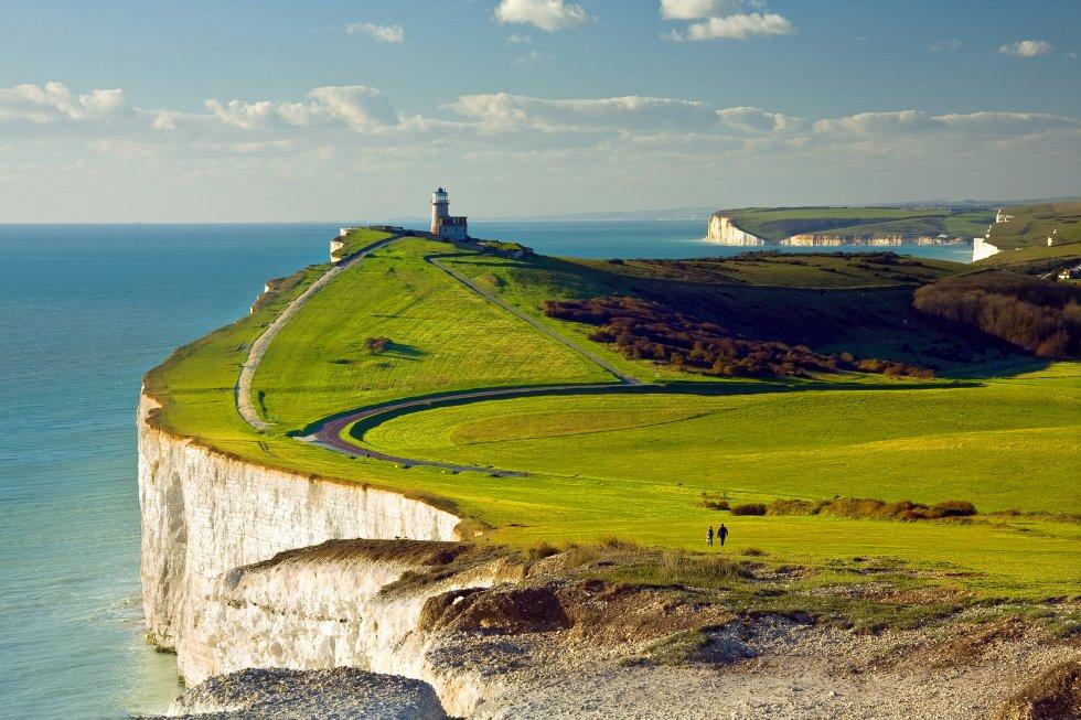 Siempre de moda y siempre de actualidad, Inglaterra estrena el próximo año una nueva atracción que invita a descubrir el país, especialmente su litoral: el England Coast Path , la ruta costera más larga del mundo. Proyecto iniciado en 2014, une diferentes rutas ya existentes hasta señalizar un itinerario litoral único de 4.800 kilómetros de recorrido. Por ejemplo, será posible realizar una excursión desde Berwick-upon-Tweed, al noreste del país, hasta Bowness-on-Solway, al noroeste, e incluyendo un desvío por el Wales Coast Path, el primer sendero de costa nacional inaugurado en 2012. O lanzarse a por la ruta Coast to coast Walk, que atraviesa el norte de Inglaterra partiendo desde el literario y bucólico Distrito de los Lagos, reconocible en los pueblos con encanto de los Yorkshire Dales, la histórica ciudad de York, la sombría belleza de los North York More y la amplitud de Robin Hood's Bay. En la foto, el faro de Belle Tout, cerca de Eastbourne, en la costa sureste.