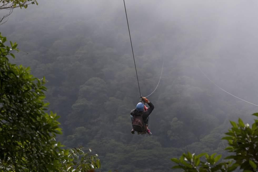 Habitual entre los destinos más sostenibles del planeta, Costa Rica puede convertirse además en 2020 en uno de los primeros países con huella de carbono cero (un 90% de su energía ya proviene de fuentes renovables). Una cuarta parte de su territorio está protegido para disfrutar de la enorme biodiversidad del país, accesible a través de propuestas de aventura como una travesía en kayak por el parque nacional de Tortuguero; recorrer el frondoso bosque nublado de Monteverde y lanzarse por una de las tirolinas más largas del mundo; avistar ballenas jorobadas en la costa del Pacífico o practicar surf en la playa Tamarindo.