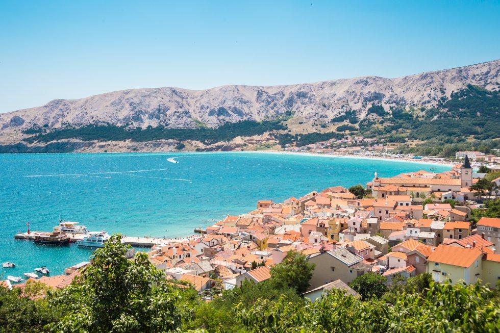Entre la península de Istria y la costa de Dalmacia (más turísticas), el golfo del Carnaro (también conocido como bahía de Kvarner) resulta más tranquilo para el viajero. Eso sí, se pondrá de moda el próximo año ya que la ciudad portuaria de Rijeka será Capital Europea de la Cultura (junto a la irlandesa Galway). Por ello se han incorporado nuevos espacios culturales dedicados a museos y centros de arte, que brindan la excusa perfecta para lanzarse a recorrer islas del golfo –Rab, Losinj, Cres y Krk (en la foto, la ciudad de Baska)–, con sus ciudades históricas amuralladas, repletas de ejemplos de arquitectura veneciana. Y por supuesto, sus playas, bañadas por el mar Adriático.