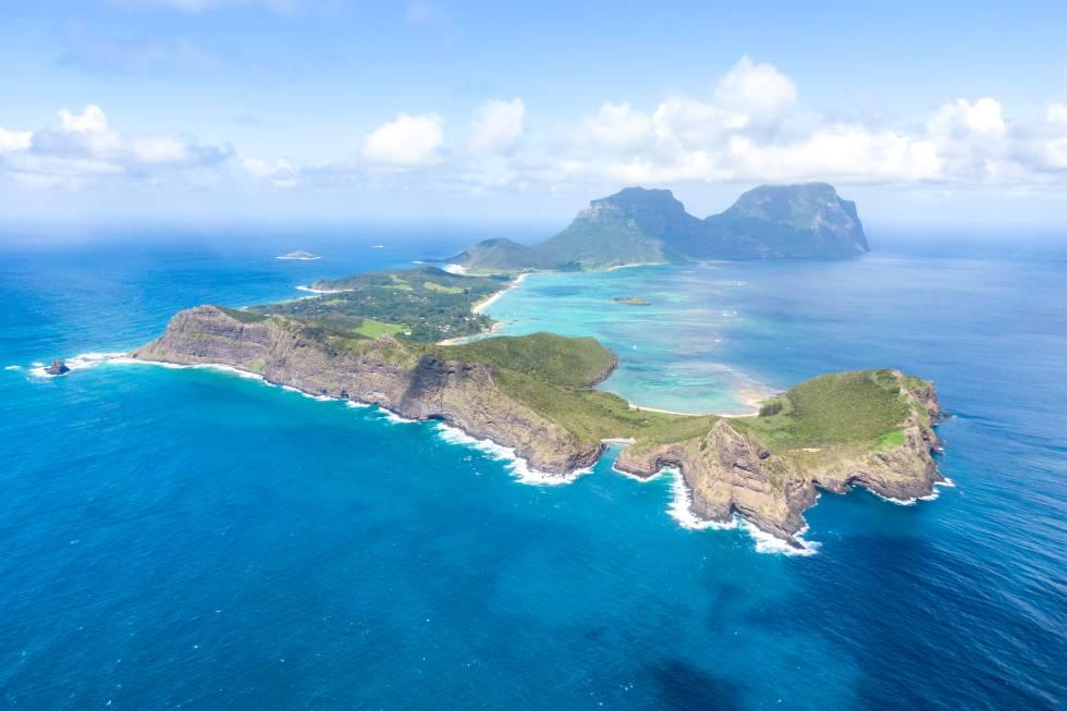 Hay que desconectar (móviles incluidos) y darse prisa para disfrutar de esta experiencia única: recorrer una pequeña y apartada isla australiana (no llega a 15 kilómetros cuadrados de extensión), de orografía espectacular (es patrimonio mundial) y que solo permite el acceso de 400 visitantes al mismo tiempo, a los que se anima a participar en una serie de proyectos ecológicos. Lord Howe (en la foto) está a 600 kilómetros de la costa este de Australia y disfruta del arrecife de coral más meridional del mundo. En la isla no hay cobertura para móviles y todo invita a relajarse, disfrutar del buceo, ascender al monte Gower (con guía) y explorar la laguna interior en busca de tortugas.
