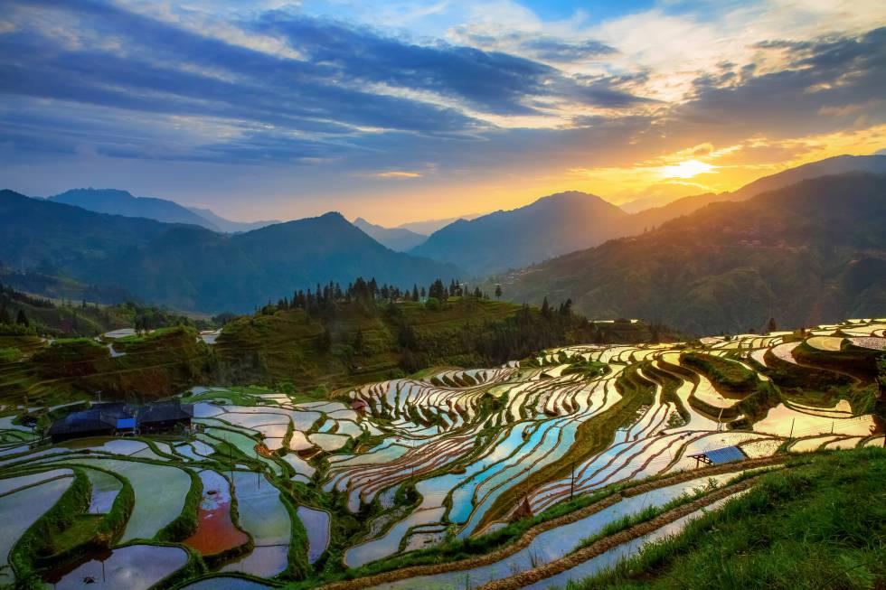 La remota provincia de Guizhou sigue resultando desconocida para el viajero occidental, aunque históricamente fuera un paso importante en la ruta comercial Tea Horse, entre la antigua China y la meseta tibetana. De hecho, conserva pequeñas aldeas de casas de madera intactas entre las montañas brumosas. Desde hace unos años la región inició su transformación como destino tecnológico –acogió las sedes de Apple o Huawei, a las que han sumado muchas más– y actualmente su capital, Guiyang, cuenta con más de 4 millones de habitantes. Eso sí, el entorno rural mantiene inalterados los paisajes tradicionales, ahora con mayores comodidades turísticas. El gran salto llegó con la conexión del tren de alta velocidad desde Chongqing o Kunming, y nuevas autopistas y puentes que allanan el camino a las místicas montañas de Guizhou.
