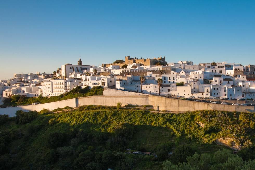 Los expertos viajeros de Lonely Planet han descubierto la provincia de Cádiz como uno de los destinos más prometedores en 2020. Las bodegas centenarias, los hermosos caballos andaluces, impresionantes pueblos blancos , sus alcázares, las largas playas de arena blanca con ambiente bohemio , sus condiciones para el kitesurf o ciudades históricas como Jerez de la Frontera y Cádiz, son motivos más que suficientes para justificar una ruta por la provincia andaluza. Pero, fundamentalmente, ha sido su renacimiento gastronómico el que la ha situado en el mapa viajero, que incluye algunos de los mejores restaurantes del país, como Aponiente , de Ángel León (tres estrellas Michelin), destinos reinventados para 'foodies' como la hermosa localidad de Vejer de la Frontera y experiencias tan sugerentes como la ruta del vino de Jerez .
