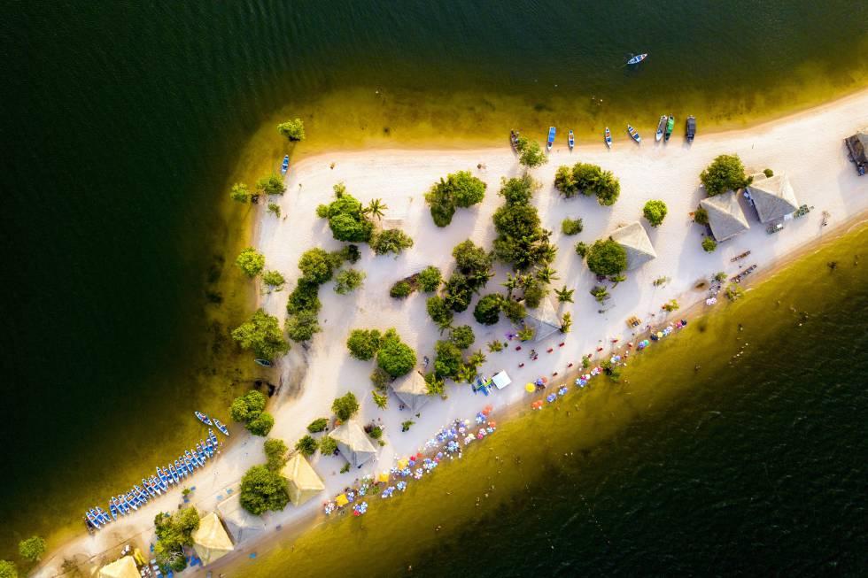 Naturaleza en su estado más puro. Una jungla brumosa (y asolada por grandes incendios el pasado verano), en la que viven algunas de las especies de fauna y flora más raras del mundo, así como las comunidades indígenas que las han custodiado durante siglos. En 2020 se potenciarán los viajes responsables y bien planificados para potenciar el turismo sostenible que revierta en la población local. Desde Manaos, la Reserva Mamirauá , el bosque de inundación intacto más grande de Brasil , o las playas de la Ilha do Amor (en la imagen), son algunas de las muchas experiencias que nos depara un viaje a la Amazonia Brasileña.