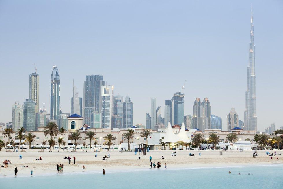 Al emirato de Dubái siempre le han gustado los récords mundiales (aquí están el edificio más alto del mundo, el centro comercial más grande…) y los proyectos excéntricos que difícilmente veríamos en cualquier otra parte del planeta, como pistas de esquí en el desierto o una isla en forma de palmera. La Expo 2020 que se celebrará en Dubái será una ocasión única: durará seis meses (de octubre a abril de 2021) y en ella participarán 180 países que presentarán lo último en sostenibilidad y movilidad, incluidos los coches voladores. Habrá un despliegue impresionante de arquitectura y se aprovechará para inaugurar el Museo del Futuro, dedicado a las maravillas que nos esperan en la próxima generación. Y el país continúa sorprendiendo en sus despliegues artificiales: un nuevo archipiélago artificial acogerá un 'resort' de fantasía inspirado en Europa en el que no faltará nieve todo el año y dormitorios submarinos. En la foto, bañistas en Jumeirah Open Beach.