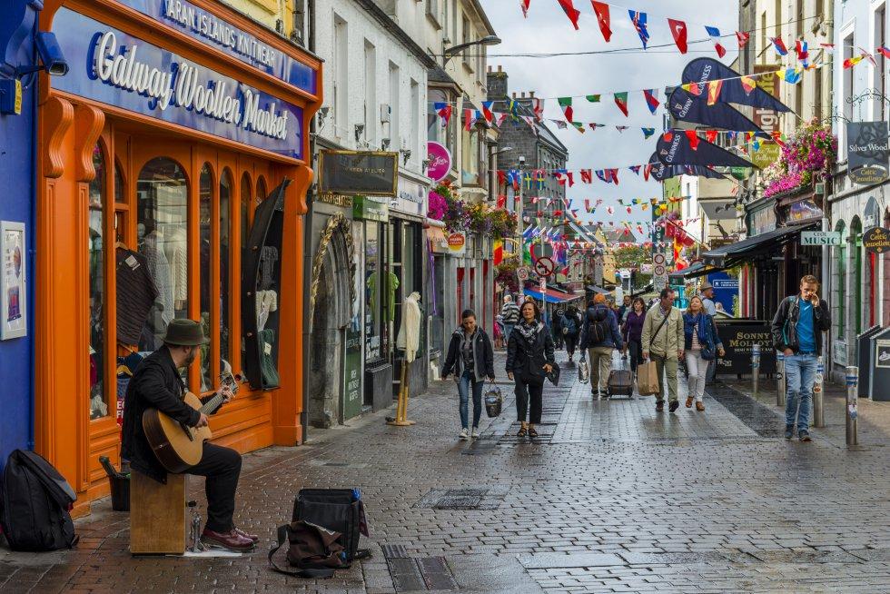 Esta bohemia ciudad de la costa occidental de Irlanda es una de las más animadas del país. En 2020 será Capital Europea de la Cultura y estará más llena de propuestas que nunca. Espectáculos callejeros, arte en directo, música, teatro y danza se sumarán a la habitual animación de sus pubs. En cualquier rincón de Galway hay 'jam sessions' improvisadas con violines, flautas irlandesas y gaitas y la música llena toda la ciudad. Pubs y cafés son el complemento perfecto para descubrirla entre pinta y pinta de Guiness.