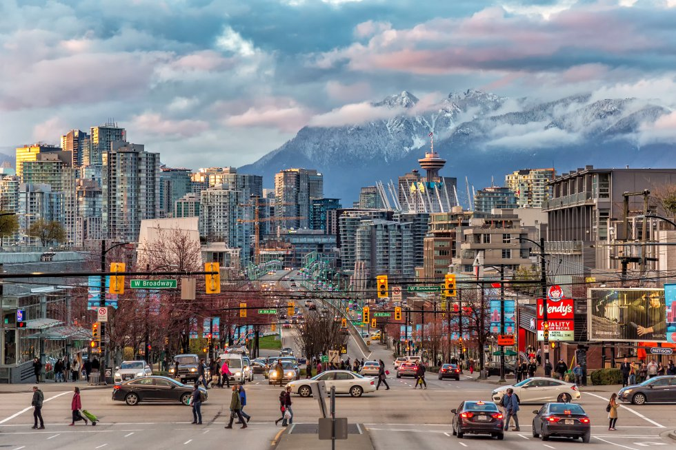 La capital de la costa pacífica de Canadá es la cuna de Greenpeace. Vancouver aspira a liderar los temas de sostenibilidad urbana en el mundo, con un plan ambiental (el Greenest City 2020 Action Plan ) de largo recorrido. El viajero se beneficiará por ejemplo de una extensa red ciclista y de senderos, de 28 kilómetros de playas, de las mejoras en la red de transporte público y de los 102.000 nuevos árboles que se han plantado en la última década. Aquí, además, el mar de rascacielos siempre deja ver como telón de fondo una tentadora panorámica de las montañas o del océano, porque la naturaleza forma parte de la ciudad. En verano se puede nadar, practicar kayak o surf de remo, montar en bici, caminar o patinar por su magnífico parque Stanley (400 hectáreas de zona verde y bosque pluvial) o subir al monte Grouse.