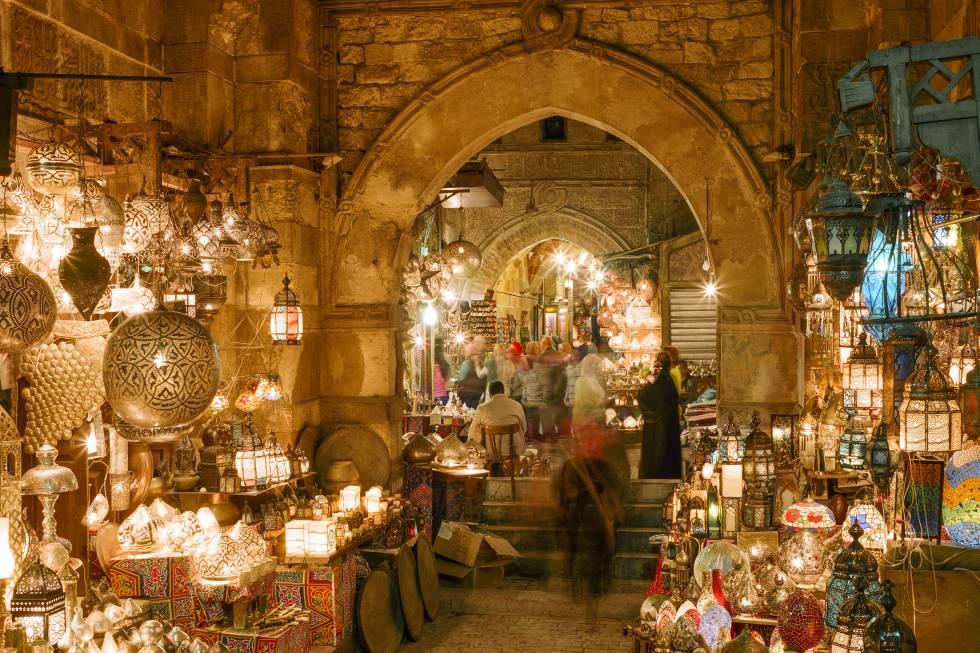 Es la ciudad eterna, la que para muchos está entre sus destinos soñados a pesar de los vaivenes y problemas políticos. 2020 será el año en el que abra las puertas el nuevo y esperado Gran Museo Egipcio, ahora en Giza. Será el mayor museo del mundo dedicado a una única civilización y una buena excusa para volver a pasear por las calles de este Cairo que además de faraónico es sobre todo islámico, con sus mezquitas, 'madrasas', mausoleos y bazares (en la foto, el de Khan El-Khalili). Y los que quieran enlazar con una extensión a Luxor o el mar Rojo podrán hacerlo más cómodamente gracias al nuevo aeropuerto Sphinx de Giza, en el que operarán vuelos nacionales. En cualquier caso, hay que tener en cuenta que el Ministerio de Exteriores español desaconseja viajar a Egipto, excepto a las zonas y centros turísticos de El Cairo, Alejandría, Luxor y Asuán, lugares en los que aconseja al viajero extremar la precaución.
