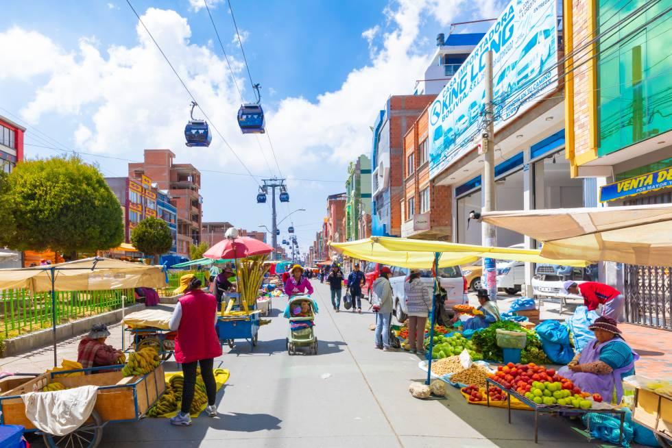 ¿Qué tal un paseo por el teleférico más largo del mundo en una de las ciudades a mayor altitud del planeta? En La Paz, su famoso teleférico tendrá en 2020 once líneas donde hasta ahora había tres. Esta ciudad se ha propuesto cambiar y atraer a los viajeros más sibaritas, y así están surgiendo chefs emergentes y nuevas escuelas culinarias que se asientan en las raíces indígenas de Bolivia. A ellos se suman un conjunto de nuevos hoteles de diseño y 'concept stores', una noche más animada y un original circuito de la Nueva Arquitectura Andina de Freddy Mamani en El Alto, donde se encuentran sus vistosos 'cholets' . La Paz se está poniendo de moda.