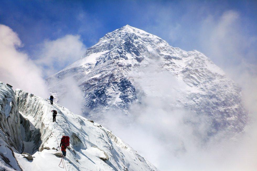 La cima del mundo, a 8.848 metros de altura,  hace frontera entre Nepal y el Tíbet , región autónoma de China. La gran cantidad de basura acumulada en los alrededores del campo base norte, en la parte tibetana, llevó a China, a principios de este año, a cerrar a los turistas el acceso a todas aquellas zonas por encima del monasterio de Rongphu, a unos 5.000 metros de altitud, y a limitarlo a los alpinistas, mientras se llevan a cabo las labores de limpieza. A partir de 2020, Nepal prohibirá los envases de plástico de un solo uso en su lado, según decisión del municipio de Khumbu Pasang Lhamu. La ONU ha declarado el 11 de diciembre Día Internacional de las Montañas, para alertar de los peligros que corren estos ricos y frágiles ecosistemas.