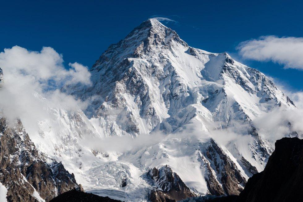 Pertenece a la cordillera del Karakorum, en los Himalayas, hace frontera entre   Pakistán  y  China , es la segunda montaña más alta del mundo (8.611 metros de altura) tras el Everest y, muy probablemente, el ochomil más difícil de escalar junto con el Annapurna y el Nanga Parbat. Dicen las estadísticas que, por cada cuatro montañeros que lo consiguen, uno muere intentándolo. De hecho, nadie ha podido coronar nunca su cima en invierno (aunque seis expediciones lo han intentado, sin éxito, a lo largo de la historia), lo que lo convierte en el único ochomil invicto en esta época del año, cuando el viento supera los 100 kilómetros por hora y las temperaturas se desploman hasta los casi 50 grados bajo cero.