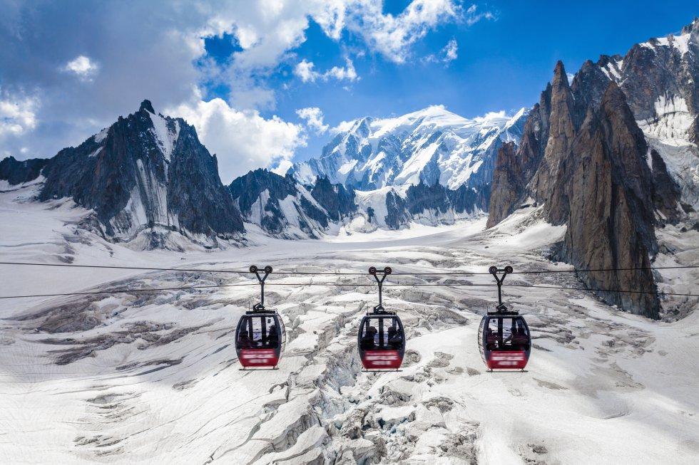 Un total de 4.810 metros de roca, hielo y nieve rodeados de glaciares. La montaña más alta de los Alpes, y de la Unión Europea, se interpone, impresionante, entre el valle de Aosta por la parte italiana ( con Courmayeur como mayor núcleo habitado ) y la Alta Saboya por el lado francés, con pueblos como Chamonix-Mont-Blanc o Saint-Gervais-les-Bains. Las tres poblaciones ofrecen muchas posibilidades de turismo activo. En invierno, las laderas nevadas se llenan de esquíes y tablas de snowboard. Con instalaciones para principiantes, esquí nórdico, alpino o fuera de pista.
