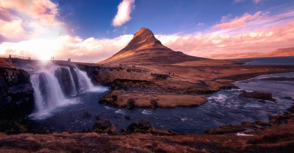 La pequeña ciudad de pescadores de Grundarfjörður  no es la más conocida de la península de Snæfellsnes, al oeste de Islandia, pero su montaña Kirkjufell, de origen volcánico, se ha ganado la reputación de ser la más fotografiada del país. No llega a los 500 metros de altura y parece el campanario de una iglesia (su nombre significa, literalmente, montaña Iglesia). 'Juego de tronos' la lanzó definitivamente al estrellato, aunque en la serie es Punta de Flecha, el pico helado que despunta allá donde el Muro se encuentra con el mar, en el que el grupo comandado por Jon Nieve se enfrenta al Rey de la Noche y a sus hordas de zombis.