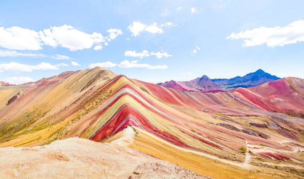 Se la conoce también como la montaña Arcoíris o de los Siete Colores. Viendo la fotografía, sobra explicar por qué. Esta joya geológica desde la que se divisa el inmenso pico nevado del Ausangate, en la cordillera de los Andes,  en la región de Cusco (Perú) , mide 5.200 metros de altura y es uno de los principales atractivos turísticos de la zona. Es el hogar de cóndores, gatos andinos o vicuñas. Tiene dos accesos: desde Cusipata, para enfrentar el ascenso por su lado oeste, o desde Pitumarca, por el sureste.